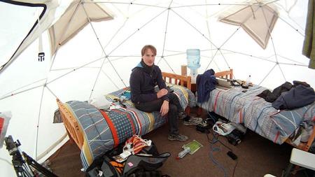 HER HAR DE SOVET: Reporter Simen Olafsen og fotograf Pål S. Schaathun har bodd i telt i Håpets leir. (Foto: Pål S. Schaathun/ TV 2)