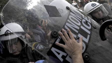 Hundrevis av turister ble vitner til sammenstøtene mellom politi og streikende i Aten torsdag morgen. (Foto: LOUISA GOULIAMAKI/Afp)