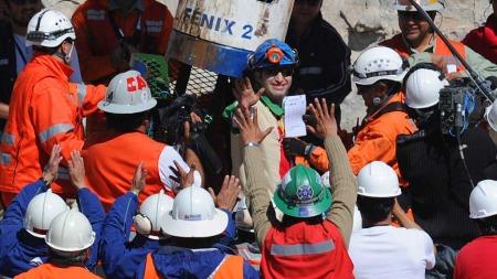 VINKER TIL VERDEN: Skiftlederen Carlos Barrios (27) vinker til   verden idet han forlater redningskapselen. (Foto: Afp)