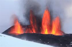 Det første utbruddet skjedde et stykke øst for breen. Dette bildet er tatt 23. mars. (Foto: Ármann Höskuldsson)