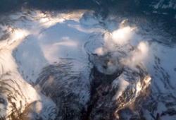I oktober damper det fortsatt fra de tre kraterne øverst til høyre. (Foto: Ronald Toppe)