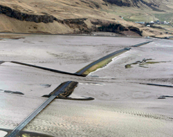 14. april fyllte smeltevannet hele elvesletten og ødela hovedveien langs sørkysten av Island. (Foto: AP)