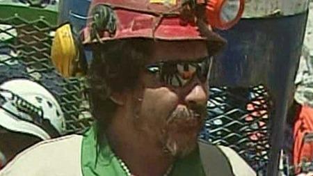 FEMTENDE MANN OPP: Elektrikeren Victor Segovia har beskrevet   oppholdet i den sammenraste gruven som å befinne seg i et helvete. (Foto:   APTN)