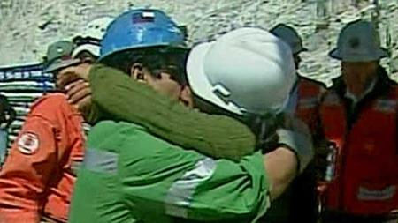 GA KONA ET SAFTIG KYSS: Victor Zamora ga kona et saftig kyss   da han endelig fikk se henne igjen. Konas hjelm falt av, uten at hun   brød seg nevneverdig om det. (Foto: APTN)