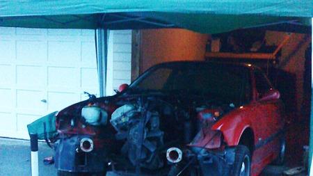 Her skrus det på BMW - dels i en garasje og dels under et partytelt! (Foto: Privat)