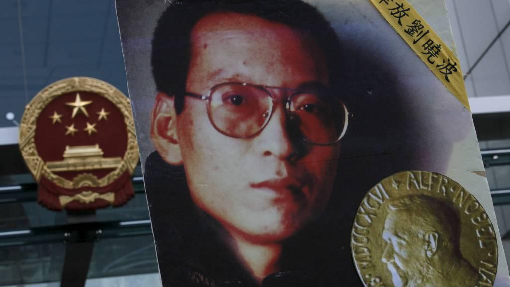 VIL HA UNNSKYLDNING: 58,6 prosent av de 866 som deltok i undersøkelsen, mener nobelkomiteen bør ta tilbake prisen og unnskylde tildelingen overfor det kinesiske folket. (Foto: Kin Cheung/Ap)