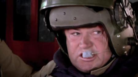 BLEK REPORTER: Forståellig nok ble Discovery Channels Mike Brewer svært nervøs under angrepet. Brewer var om bord i helikopteret som ledd i produksjonen av dokumentarserien Frontline Battle Machines som vises på norske tv-skjermer i januar. (Foto: DISCOVERY CHANNEL)