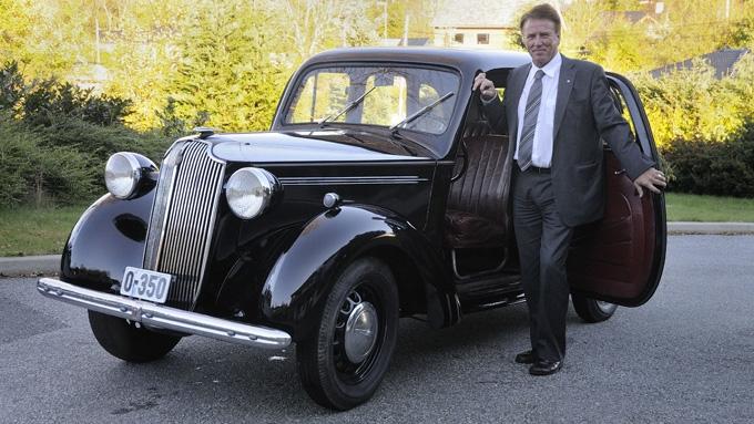 Jan Kronheim har solgt biler i 46 år men aldri hørt en lignende historie. Her sammen med den 74 år gamle Vauxhallen. (Foto: Egill J. Danilsen)