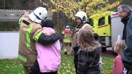 TRYGT NEDE: En klatregruppe fra brannvesenet sørget for at de tre jentene kom seg ned i god behold. (Foto: TV 2)