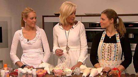 Ingrid Hancock og Bethany Zuza har begge gjort cupcakes til industri i Norge. Her er de i God morgen Norge sitt studio der de viser hvordan cupcakes skal bakes.  (Foto: God morgen Norge)