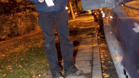 En av politiets teknikere undersøker blodspor i Lindängen i   Malmö. (Foto: Stig-Åke Jönsson/Scanpix)