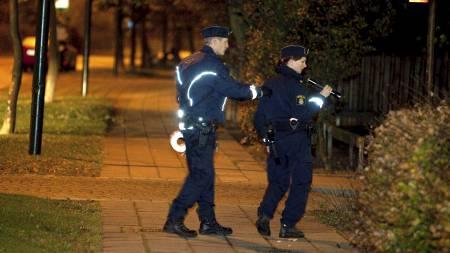 Svensk politi søkte natt til onsdag etter spor i Lindängen i Malmö etter at flere personer ble skutt i området. (Foto: Stig-Åke Jönsson/Scanpix)