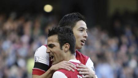 Cesc Fabregas og Samir Nasri (Foto: JON SUPER/Ap)
