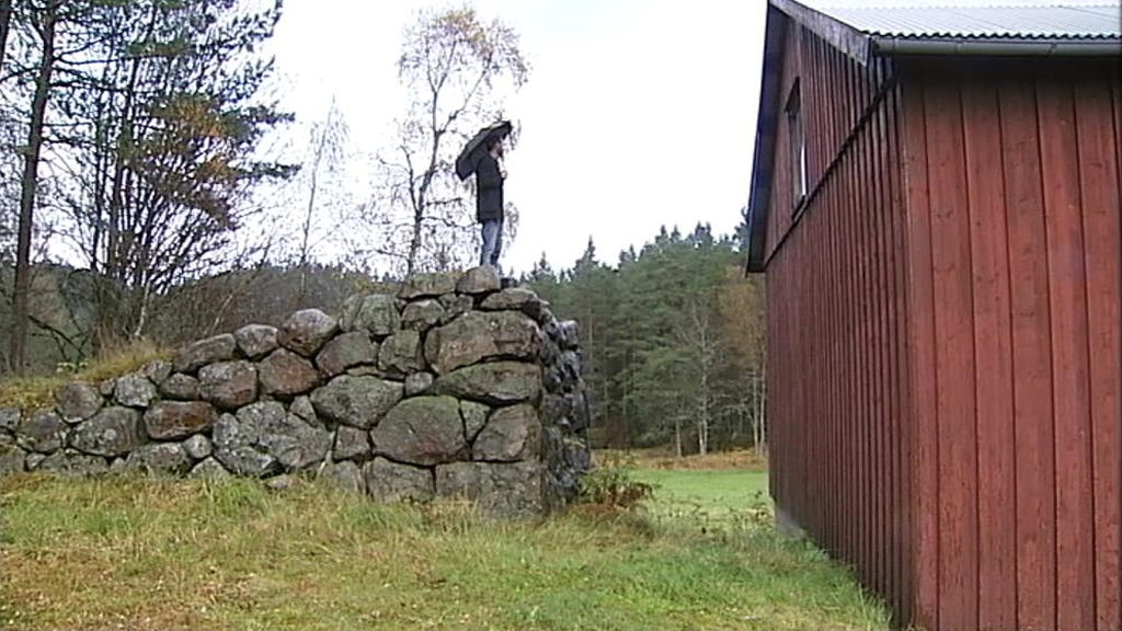 Gaute Heivoll på låvebrua som er det eneste som står igjen av låven som brant i 1978. (Foto: Christopher Fornebo)