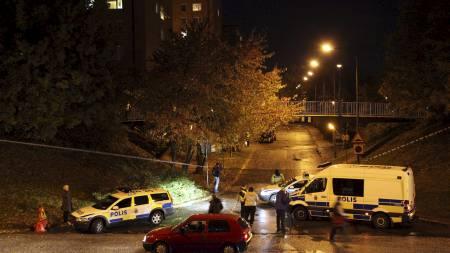 Politiet på plass forn Sörbäckgatan i Malmø hvor to personer ble sutt gjennom et vindu ved 20-tiden tordag. (Foto: Prvulovic, Drago/Scanpix)