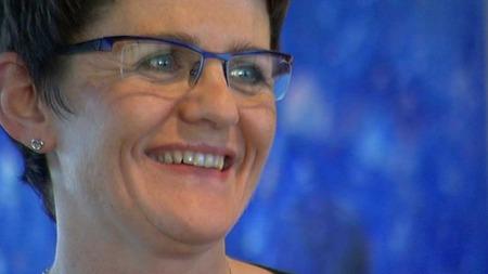 GRUNN TIL Å SMILE: Fiskeriminister Lisbeth Berg-Hansen er ifølge 2009-ligningen god for nesten 20 millioner kroner.  (Foto: TV 2)