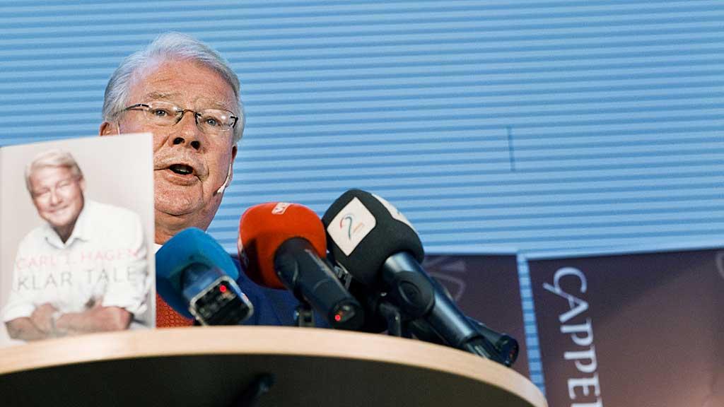 NY BOK: Carl I. Hagen under lanseringen av hans nye bok «Klar tale» på Cappelen Damm, mandag.