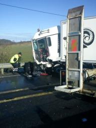 KRASJET I LASTEBIL: En personbil skal ha svinget over i møtende felt og truffet lastebilen, ifølge politiet. (Foto: Jon Alten)