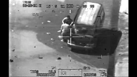 DREPTE USKYLDIGE: Dette bildet tatt fra kameraet om bord i et amerikansk Apache-helikopter viser to journalister som senere blir skutt og drept av kamphelikopteret. (Foto: -/AFP)