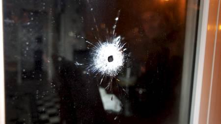 SKUDD GJENNOM VINDU: To kvinner ble skadd etter at det ble skutt inn gjennom vinduet til en leilighet i Sörbäcksgatan i Malmö torsdag kveld. (Foto: Stig Åke Jönsson/Scanpix)