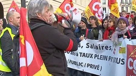 PROTESTERER: Stadig flere folk samler seg i gatene i protest mot den omstridte pensjonsreformen.