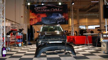 Custom Cars sitt Broom-festival verksted! Her ble bilen Broomifisert og publikum kunne følge med på forvandlingen.  (Foto: Benny Christensen)