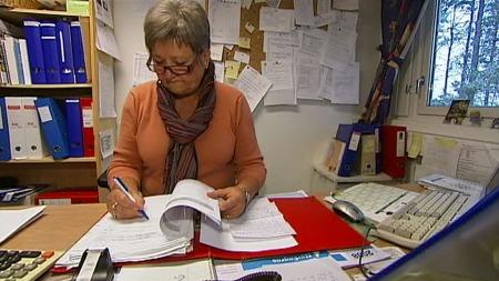 STYRER KØEN:Områdesjefen i Åsnes kommune, Britt Holtet, mister nattesøvnen når hun begynner å tenke på de gamle menneskene som ikke får sykehjemsplass. (Foto: TV 2)