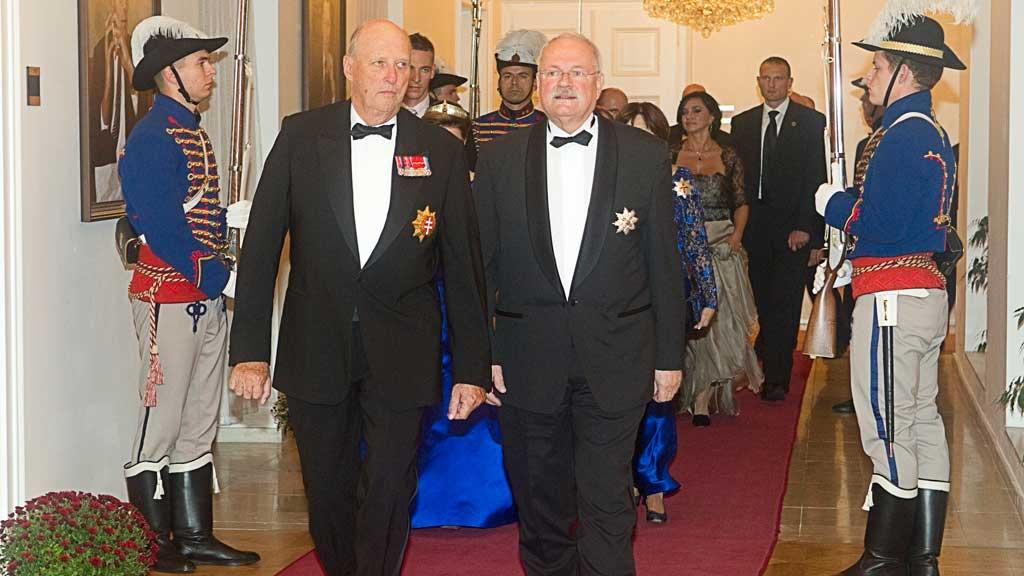 Kong Harald (tv) og president Ivan Gasparovic  (Foto: Scanpix)