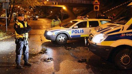 JAKTER SNIKSKYTTER: Svensk politi og væpnede gjenger jakter på mannen som skyter mot innvandrere i Malmö.  (Foto: SCANPIX)