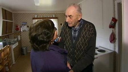 ENSOM: 92 år gamle Sten Anderson bor alene og trenger hjelp. (Foto: TV 2)