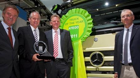 Direktør for Mercedes-Benz Nyttekjøretøy Knut M. Breivik hos den norske importøren Bertel O. Steen AS mottok prisen på nyttekjøretøy utstillingen IAA i Hannover tidligere i høst.