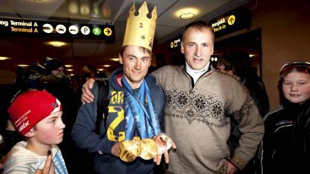 Gullvinner Petter Northug ble tatt imot av pappa John Northug (t.h) og fans på Værnes tirsdag ettermiddag (Foto: Kallestad, Gorm/NTB scanpix)