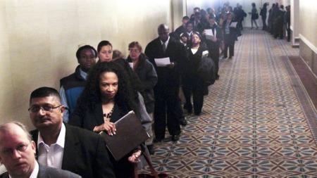 Ledighetskøene har ikke blitt særlig mindre under Obamas administrasjon. Bilde fra New York, 21. oktober i år. (Foto: Bebeto Matthews, ©BM KR**NY**)