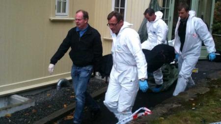FRAKTES VEKK: En mann ble funnet død ved dette huset i  Flekkefjord sentrum mandag morgen. (Foto: Trond Solvang)