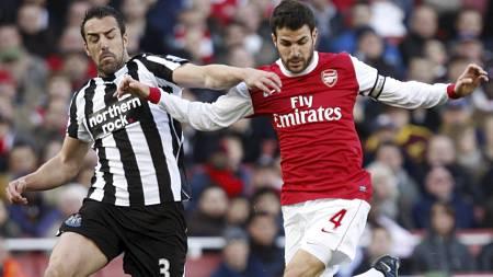 Jose Enrique (t.v.) spille kanskje for Arsenal neste sesong.   Men gjør Cesc Fabregas (t.h.) det samme? (Foto: Sean Dempsey/Pa Photos)