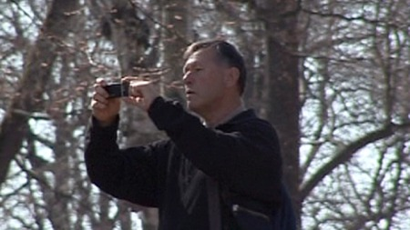 I AKSJON: Her er den tidligere polititoppen Gunnar Tveit i ferd med å filme deltagere i en demonstrasjon ved Slottsparken i 2009.   (Foto: Asbjørn Olsen/TV 2 )