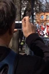 Her er en av agentene i aksjon under en demonstrasjon i Oslo.  (Foto: TV 2 )
