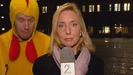 2002: Bård Tufte Johansen bryter inn i Elin Sørsdahls direkterapport fra Rikshospitalet. (Foto: TV 2)