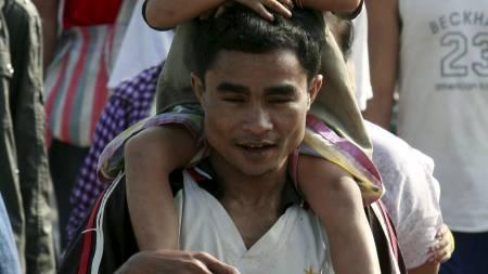PÅ VEI TILBAKE: En mann bærer sin sønn på tilbake til Burma, etter at den burmesiske hæren har gjenvunnet kontrollen etter sammenstøt med opprørere langs grensen til Thailand. (Foto: Apichart Weerawong/Ap)