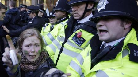En student blir skrvist mellom mer ivrige demonstranter og politiet. (Foto: Sang Tan, ©AT**LON**)