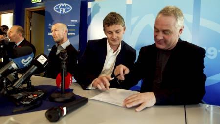 KLAR FOR MOLDE: Ole Gunnar Solskjær signerer kontrakten.  (Foto: Junge, Heiko/Scanpix)