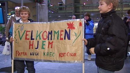 VARM VELKOMST: Ole Kristian Navruds sønner Kristian (12) og Håkon (9)  hadde laget en flott velkomstplakat.  (Foto: Sveinung Kyte)