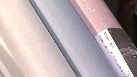Nøytrale fibertapeter med litt skimmer.nøytrale. Kan brukes istedet for å male vegg. Tapeten er dus, med en liten touch av farge.  (Foto: God morgen Norge)