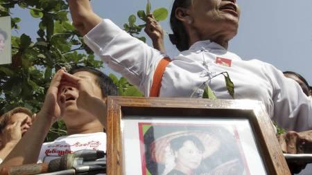 TILHENGERE: Flere hundre tilhengere har de siste dagene holdt   til ved Aung San Suu Kyis hus med krav om løslatelse av opposisjonspolitikeren.   (Foto: Khin Maung Win/Ap)