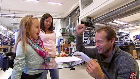 DEN BESTE TAKKEN: Emilie gir oppfinner Ånund en tegning. (Foto: Stein Akre/ TV 2)