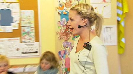 LÆRER MED MIKROFON: Kontaktlærer Frøya Astrup har mikrofon når hun underviser. (Foto: TV 2)