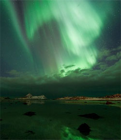 Nordlyset speiler seg i havet. (Foto: Øystein Lunde Ingvaldsen)