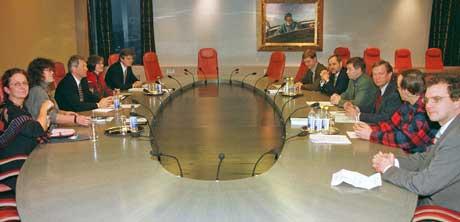 DRØFTET I 1996:  Statsminister Thorbjørn Jagland og statsråd Anne Holt møtte i desember 1996 partienes parlamentariske ledere for å diskutere POT-saken (saken om overvåking fra de hemmelige tjenestene). På høyre side av bordet på statsministerens kontor fra venstre: Erik Solheim (SV), Jan Petersen (H), Kjell Magne Bondevik (KrF), Johan J. Jakobsen (SP), Erling Folkvord (RV) og Lars Sponheim (V).