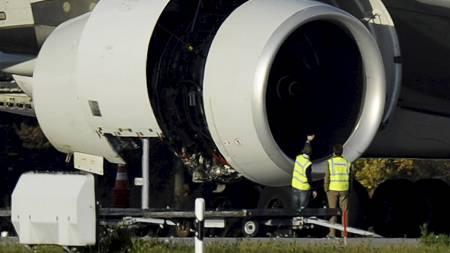 KONTROLL: En Airbus A380 fra Singapore Airlines sjekkes i Zürich 4. november. (Foto: STEFFEN SCHMIDT/Ap)