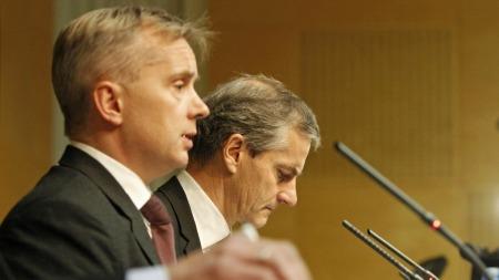 STILT TIL VEGGS: Justisminister Knut Storberget (Ap, t.v.) og utenriksminister Jonas Gahr Støre (Ap) under ettermiddagens pressekonferanse om overvåkingssaken. (Foto: Roald, Berit)